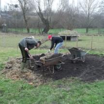 Giel en Lars scheppen composthoop weg